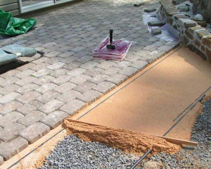 Как укладывать тротуарную плитку на даче своими руками